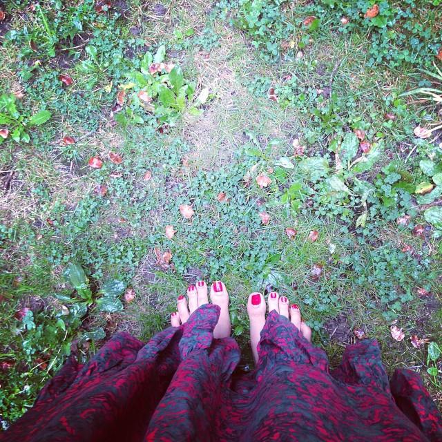 Earthing and grounding (pies en la Tierra, puesta a tierra) caminar con los pies descalzos en la tierra tiene muchos beneficios para la salud. Ayuda a fortalecer un sistema inmune fuerte. Además anatómicamente, es lo mejor que le puedes proporcionar a tus pies y columna.
