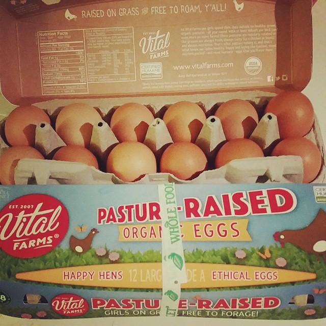 Si vives en los estados unidos y tienes un @wholefoodsmarket  cerca entonces consigue estos huevos. De gallinas que se alimentan al aire libre de pastura y de uno que otro gusanito que se les aparezca ? . No estoy comiendo huevos ahorita pero los chicos los disfrutan #paleo #pasturedeggs #ethicaleggs #soyfree #cornfree #gmofree