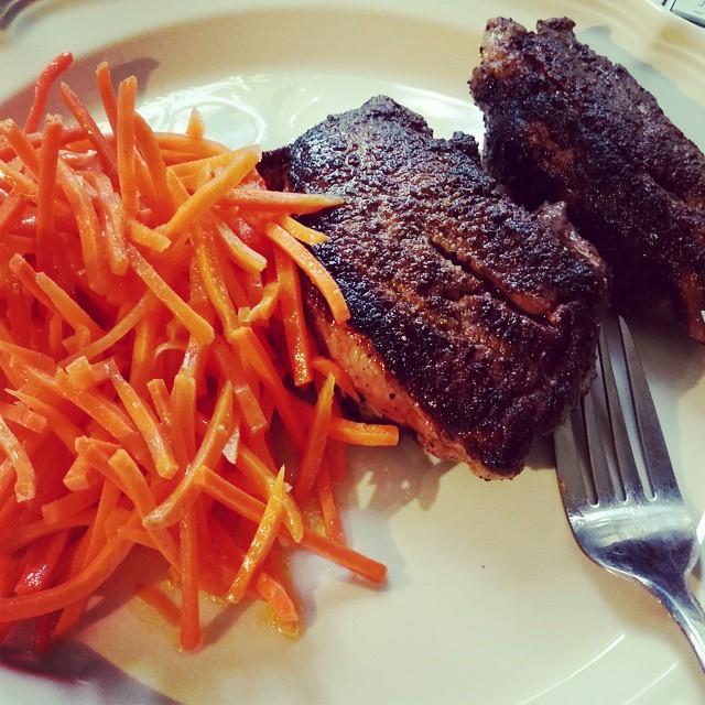 Chuletas de cordero con ensalada de zanahorias. #paleo no puede ser mas sencillo. #comidadeverdadpaleo #comidapaleo #comidapaleolitica #comidarealpaleo :-)